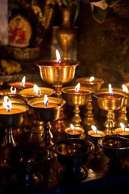 Kerzen im Tempel - p949m948570 von Frauke Schumann