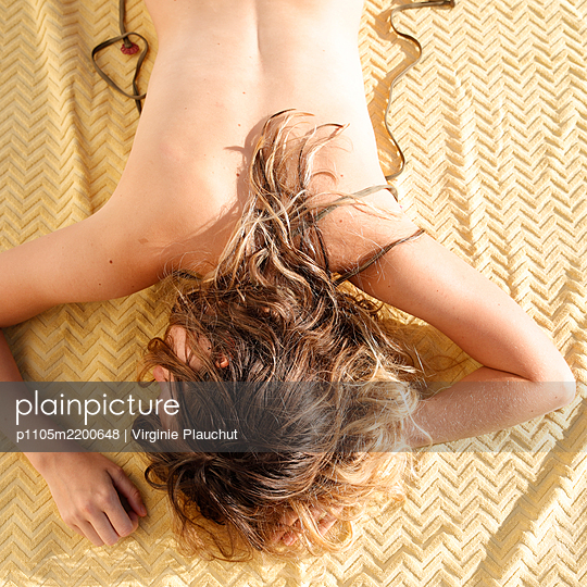Young woman sunbathing  - p1105m2200648 by Virginie Plauchut