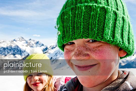 Junge lächelt in die Kamera, Planai, Schladming, Steiermark, Österreich - p1316m1160949 von Tom Lamm