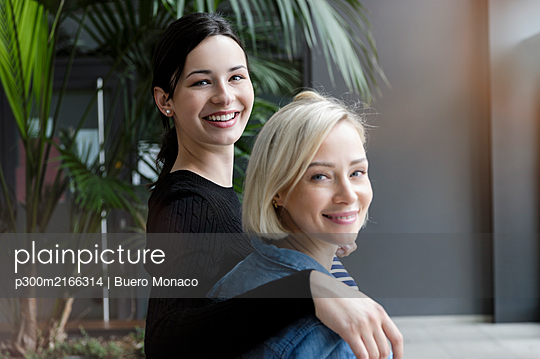 Portrait of smiling young businesswomen in office - p300m2166314 by Buero Monaco