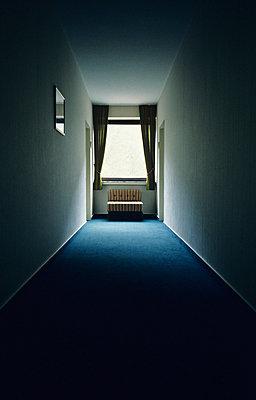 Hotelflur - p1092m880480 von Rolf Driesen
