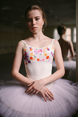 Portrait of confident ballet dancer standing against mirror in studio - p1166m2112056 by Cavan Images