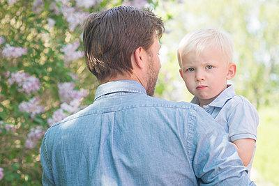 Dad holding little boy - p1323m1575253 von Sarah Toure