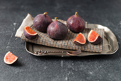 Whole and sliced figs - p300m1189575 by Mandy Reschke