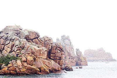 Felsformation im Nebel - p606m970600 von Iris Friedrich