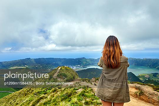Frau auf einem Berggipfel - p1299m1584435 von Boris Schmalenberger