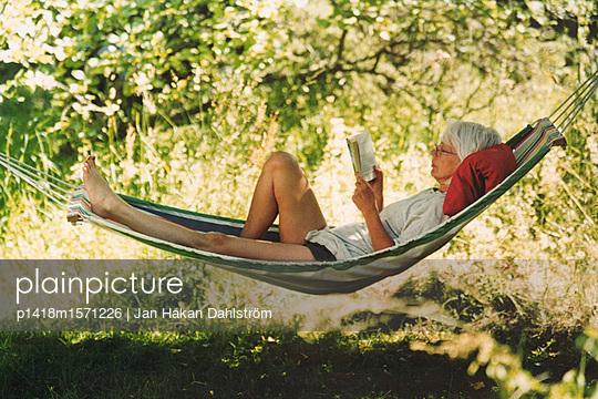 Entspannte Frau im Garten - p1418m1571226 von Jan Håkan Dahlström