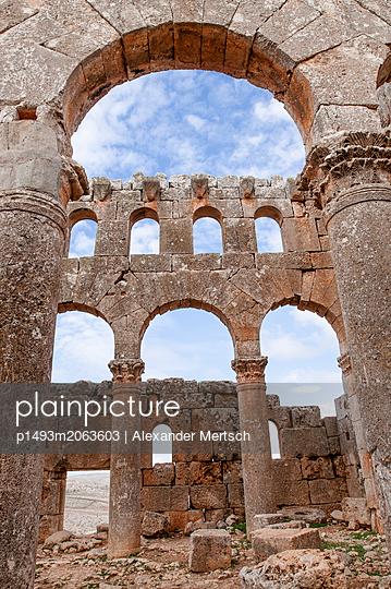 Ruinen des Mushabbak-Klosters nahe Aleppo, Syrien - p1493m2063603 von Alexander Mertsch