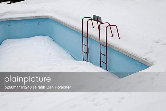 Verschneiter Pool - p260m1161240 von Frank Dan Hofacker