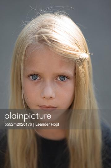 Blonde girl - p552m2020176 by Leander Hopf