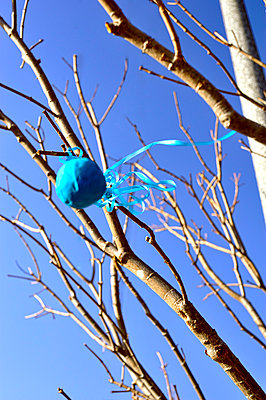 Deflated blue balloon - p1047m789455 by Sally Mundy