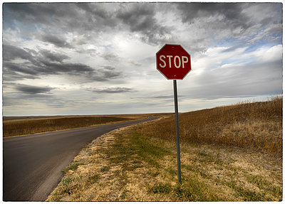 Stop sign at the roadside in Badlands-Nationalpark - p1154m1217541 by Tom Hogan