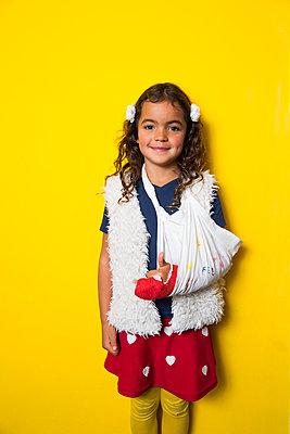 Girl with broken little finger - p1231m2038545 by Iris Loonen