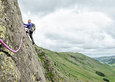 UK, Lake District, Longsleddale valley, Buckbarrow Crag, man climbing in rock wall - p300m2041619 von Alun Richardson