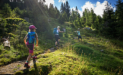 Mother with two children hiking in alpine scenery, Passeier Valley, South Tyrol, Italy - p300m2154668 by Dirk Kittelberger