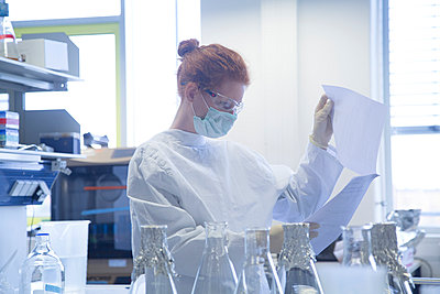 Young female natural scientist working in biochemistry laboratory - p300m978079f by Sigrid Gombert