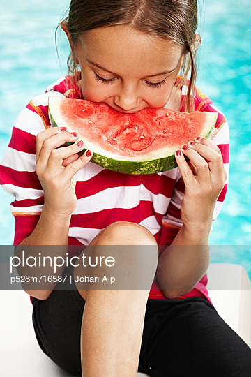 Girl eating watermelon at poolside - p528m716587 by Johan Alp