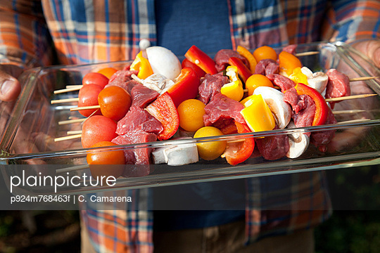 Tray of raw kebabs for grill - p924m768463f by C. Camarena