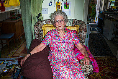 Ältere Frau im Sessel - p1057m925318 von Stephen Shepherd