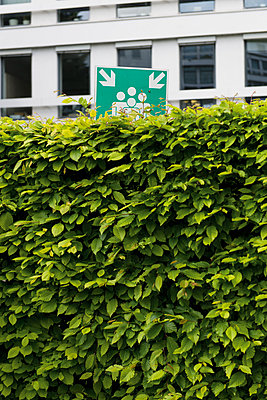 Germany, Duesseldorf, sign of meeting point behind a hedge - p300m1029175f by visual2020vision