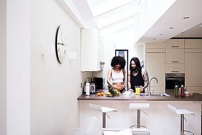 Young couple preparing healthy meal in kitchen - p300m2103767 von Ivan Gener