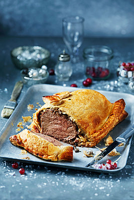 Beef wellington in roasting tin, seasonal christmas food - p429m2068517 by Danielle Wood