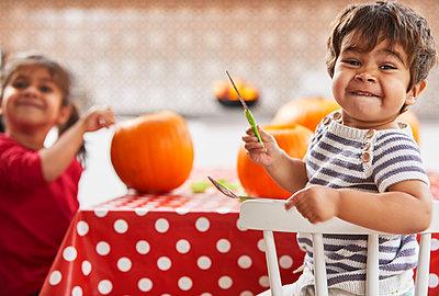 Children carving pumpkin in kitchen - p429m2091509 by Sverre Haugland