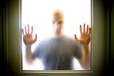 Mann hinter Glas - p5350091 von Michelle Gibson