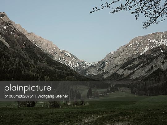 Tal und Gebirge im Morgengrauen - p1383m2020751 von Wolfgang Steiner