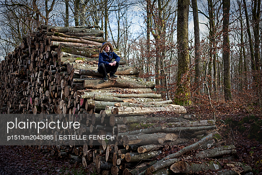 Sitting on a pile of wood - p1513m2043985 by ESTELLE FENECH