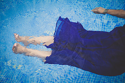 Woman floating in pool  - p1150m1138075 by Elise Ortiou Campion