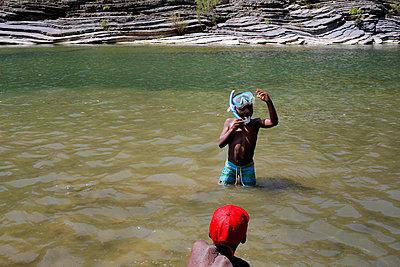 Two boys in the river - p1307m2122276 by Agnès Deschamps