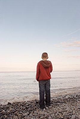 Junge am Strand - p5970306 von Tim Robinson