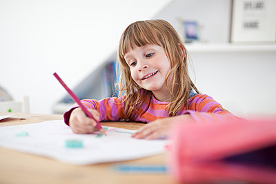 Little girl painting with colored pencils - p699m1525687 by Sonja Speck