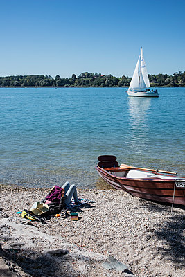 Summer day on Frauenchiemsee - p728m2116417 by Peter Nitsch