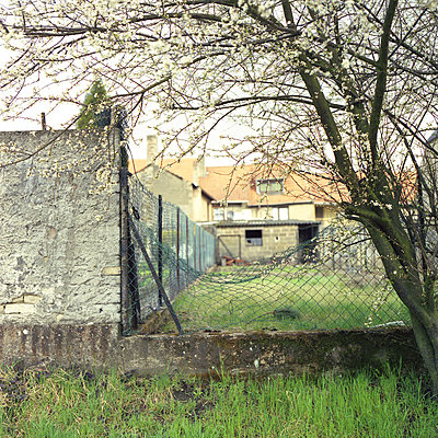 Blick in einen Hinterhof, Sarreguemines, Frankreich - p1026m834346 by Alexandra Dost
