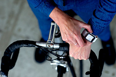 Auf dem Rennrad mit Smartwatch  - p1212m1083481 von harry + lidy