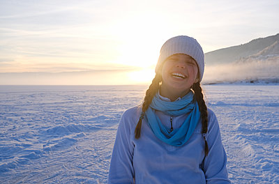 Girl in snowy landscape - p1237m2124996 by Paul W. Nähr