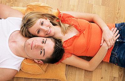 Paar liegt auf dem Boden - p2200496 von Kai Jabs