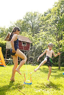 Spaß im Garten - p249m945179 von Ute Mans