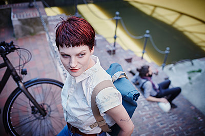 Pärchen mit E-bikes in der Speicherstadt - p300m1356362 von Roger Richter