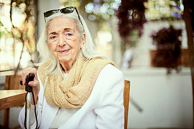 Portrait of smiling older Caucasian woman wearing scarf - p555m1444219 by Paco Navarro