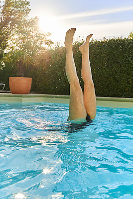 Handstand in swimming pool - p851m1214775 by Lohfink