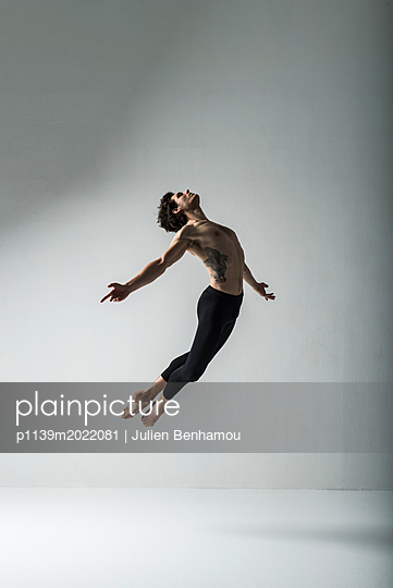 Dancer - p1139m2022081 by Julien Benhamou