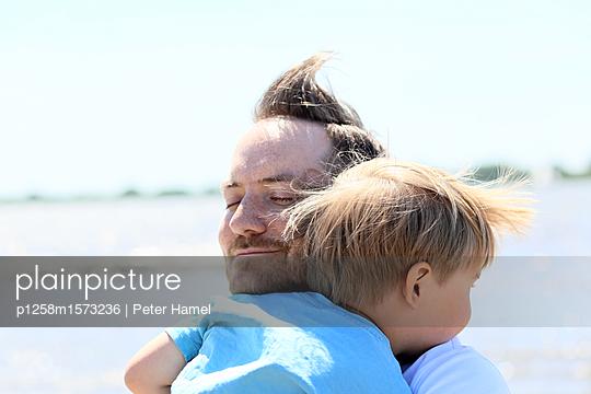 Porträt von Vater und Sohn - p1258m1573236 von Peter Hamel
