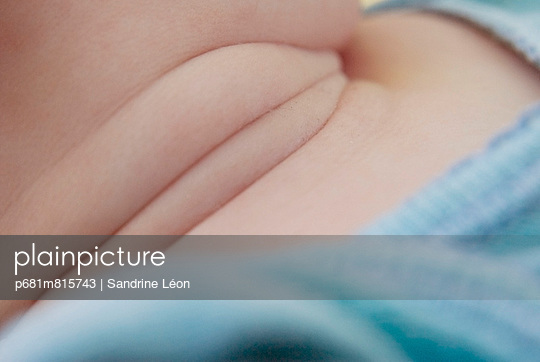 Baby´s neck; close up - p681m815743 by Sandrine Léon