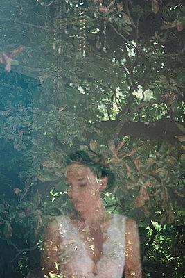 Spiegelung der Braut im Fenster - p1150m1514929 von Elise Ortiou Campion