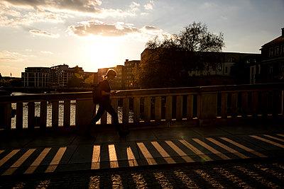 Junge Frau geht über einer Brücke II - p1212m1137045 von harry + lidy