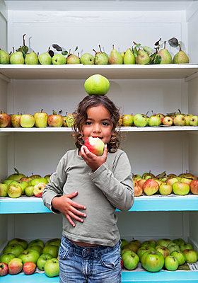 Girl eating an apple - p1231m1477481 by Iris Loonen