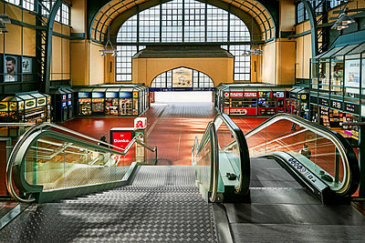 Central station, Hamburg, shutdown due to Covid-19 - p1276m2178419 by LIQUID